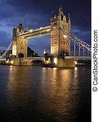 Puente de torre por la noche