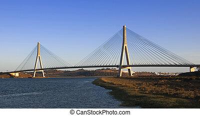 Puente internacional en el río Guadiana entre España y Portugal