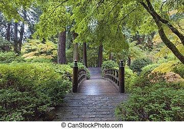 Puente lunar en el jardín japonés