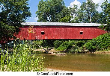 Puente rojo cubierto