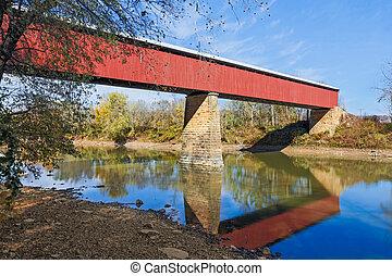 Puente rojo largo cubierto