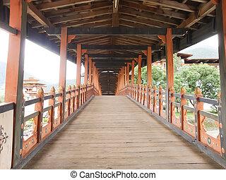 Puente sobre el río en Bhutan