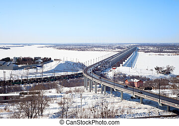 Puente sobre el río en invierno