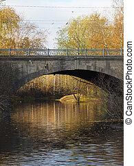 Puente sobre el río en otoño