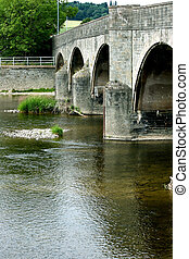 Puente sobre un arroyo