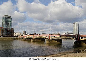 Puente Vauxhall sobre el Támesis del río