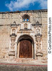 Puerta de la iglesia de Santa Clara en Antigua Guatemala, guatemal