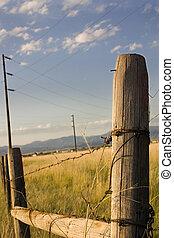 Puerta de madera con cielos azules en el país