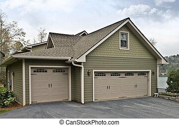Puertas de garaje en una casa