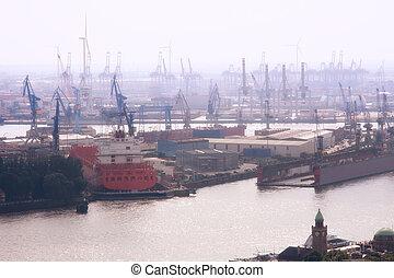Puerto de Hamburgo en la niebla, Alemania