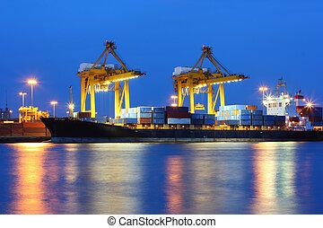 Puerto de transporte industrial al atardecer en Bangkok, Tailandia