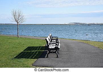 puerto, sendero, plymouth, por, vistas, bancos