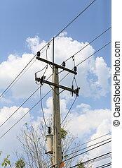Puesto de electricidad en el cielo azul