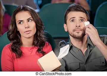 ¡Qué película tan maravillosa! Una pareja joven y alegre viendo películas en el cine