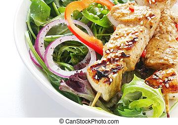 Quebabs de pollo y ensalada