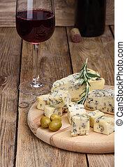 Queso con moho azul y una copa de vino tinto