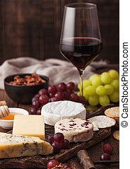 queso, uvas, fondo., vino, rojo, azul, brie, stilton, cheese., vidrio, vario, leicester, de madera, selección, tabla