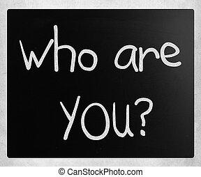 """""""quién eres"""" escrito a mano con tiza blanca en una pizarra"""