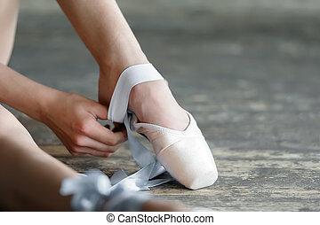 Quitarme los zapatos de ballet después del ensayo o la actuación