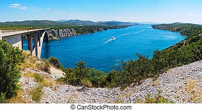 Río Krka y puente en Croacia
