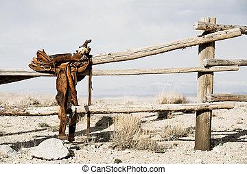 rancho, -, cerca, silla de montar