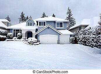 Rara tormenta de nieve en el noroeste de los Estados Unidos con casa residencial en el fondo