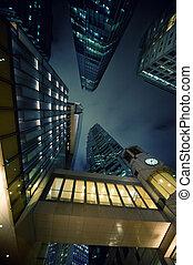Rascacielos modernos por la noche