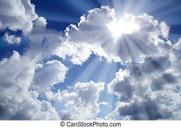 Rayos de cielo claro azul con nubes blancas