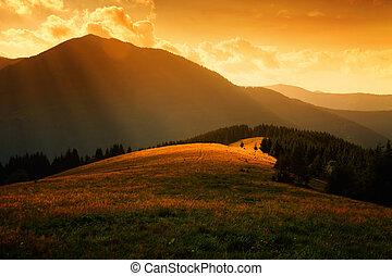 Rayos de sol sobre las colinas neblinas