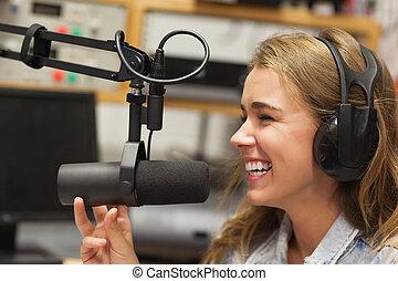 Reíndose de un lindo anfitrión de radio