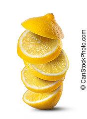 Rebanadas de limón aisladas en el fondo blanco