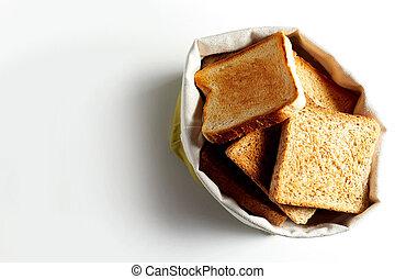 Rebanadas de pan frito en bolsa blanca. Copia espacio