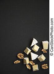 Rebanadas de queso camembert o brie con nueces. Producción de leche. La mejor vista. Planta. Desde arriba. Copia espacio.