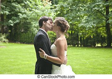 recién casados, beso, íntimo