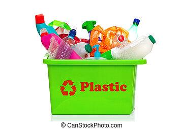 Reciclaje de plástico verde aislado en blanco