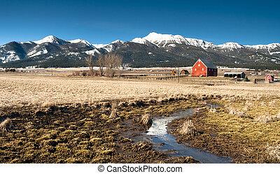 Red Barn soporta la montaña invernal Wallowa whitman National Forest