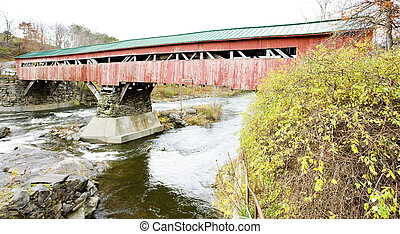 Red cubrió el puente de madera (1836) en Taftsville, Vermont, USA