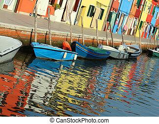 Reflejo en el agua de las casas coloridas de la isla