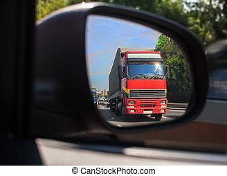 Reflexión de camión en un espejo de coche