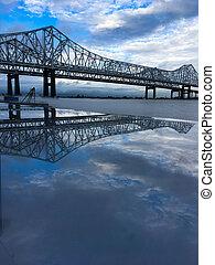 Reflexión del puente del río Mississippi
