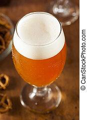 Refrescante cerveza ámbar belgiana
