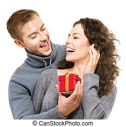 Regalo de San Valentín. Feliz joven pareja con regalo de San Valentín