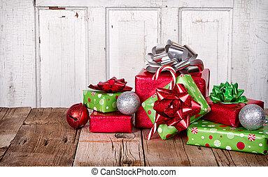 Regalos de Navidad sobre fondo de madera