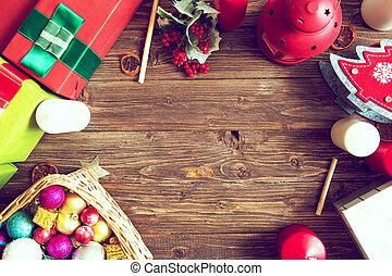 Regalos en una mesa rústica de madera con espacio de copia. Trasfondo navideño. Vista desde arriba. Planta