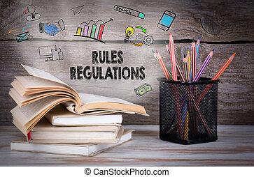 Reglas y regulaciones, concepto de negocios. Un montón de libros y lápices en la mesa de madera