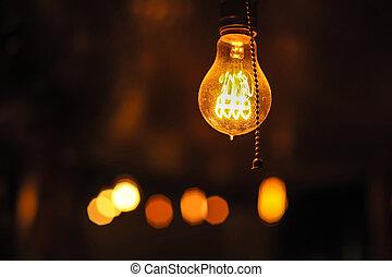 Regodeando las bombillas de Edison en el fondo oscuro.