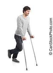 Rehabilitación de un hombre adulto caminando con muletas