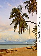 Relajando la playa del atardecer