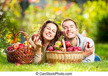 relajante, pareja, pasto o césped, comida, manzanas, otoño, jardín