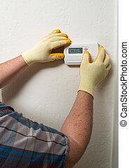 Reparador de aire hispano haciendo mantenimiento